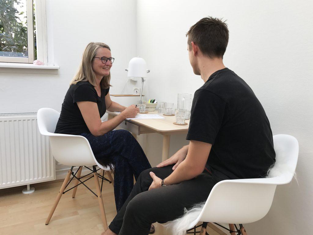 Samtale mellem kinesiolog Susan Lunddahl og klient ved behandling