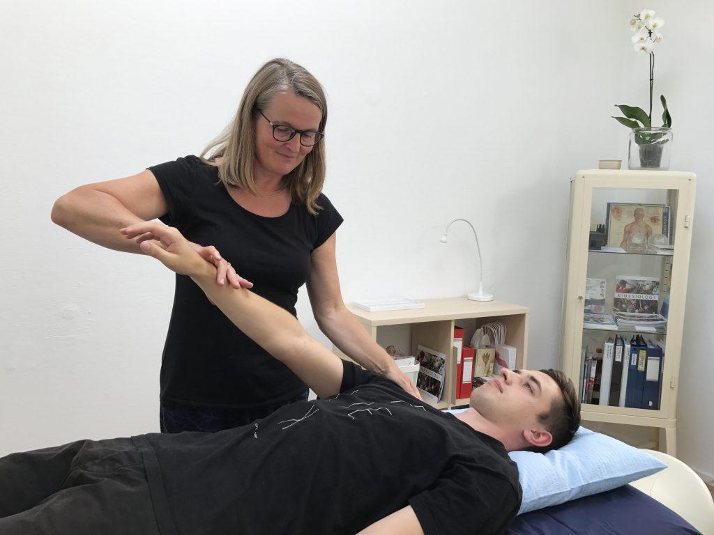Kinesiolog Susan Lunddahl behandling af klient